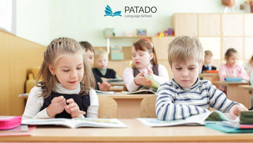 các em bé đang học tiếng anh trên lớp