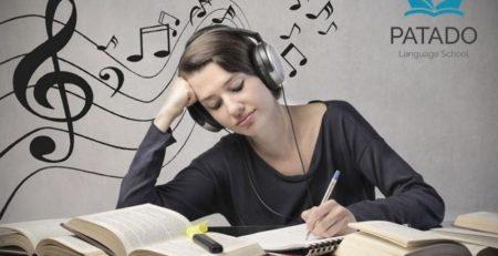 cô gái nghe nhạc nước ngoài