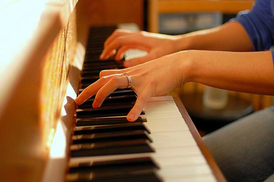 người chơi đàn organ